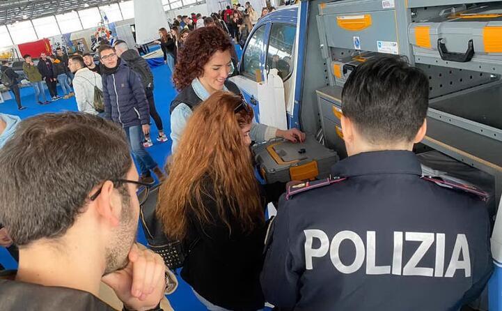 la polizia ha messo a disposizione diversi mezzi