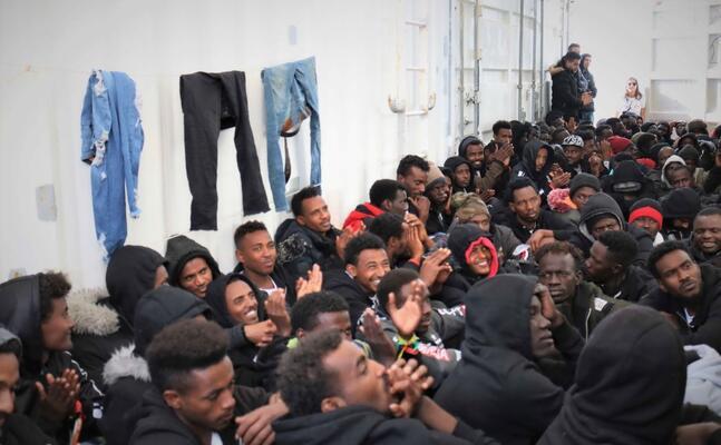 i migranti a bordo della ocean viking (foto medici senza frontiere)