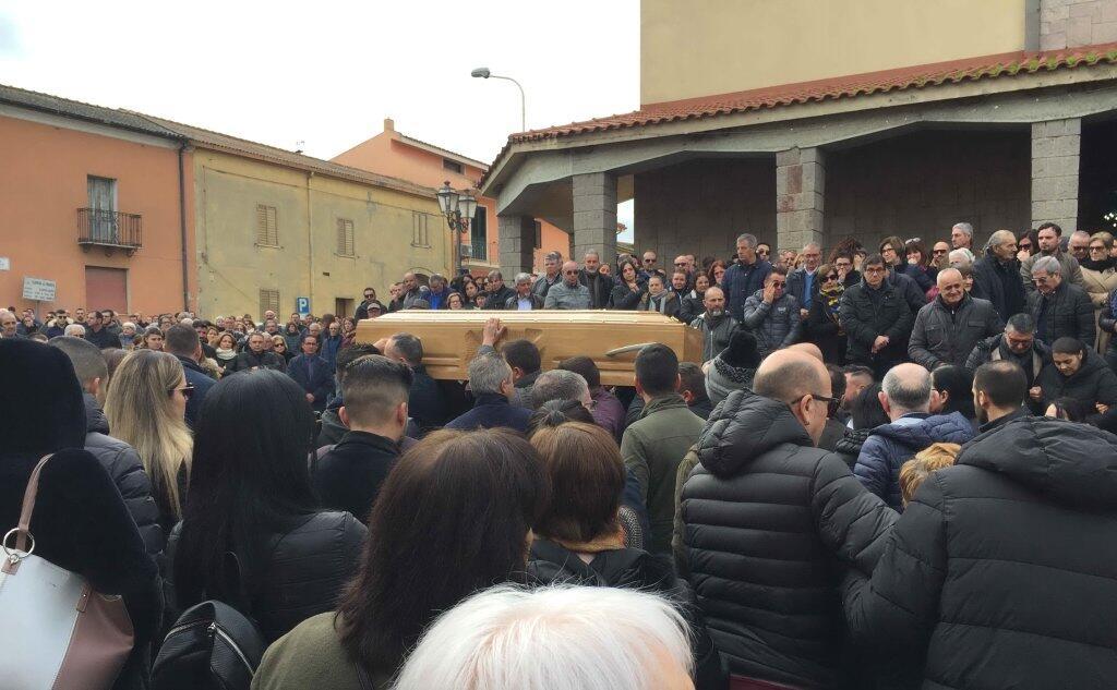 Lacrime E Commozione Ai Funerali Del Cacciatore Morto Per Un Tragico Errore L Unione Sarda It