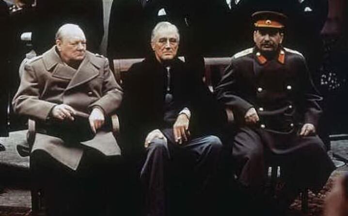 churchill roosvelt e stalin si incontrano in crimea per decidere i destini degli stati europei poco prima della resa di adolf hitler
