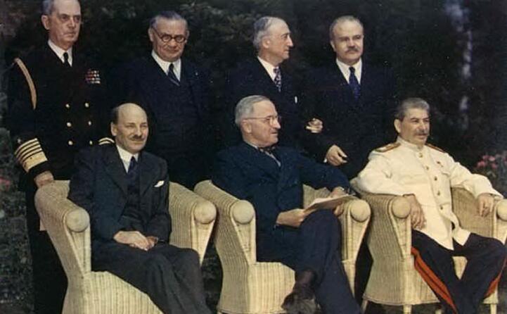 ma gli accordi definitivi sulla spartizione dell europa furono raggiunti alla conferenza di potsdam in germania dove al posto di roosvelt e churchill c erano harry truman e clement attlee