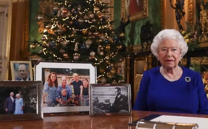 foto di famiglia (senza harry e meghan) e l albero di natale