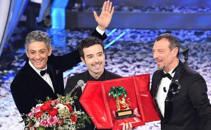 fiorello e amadeus premiano il vincitore che dedica il successo alla sua citt
