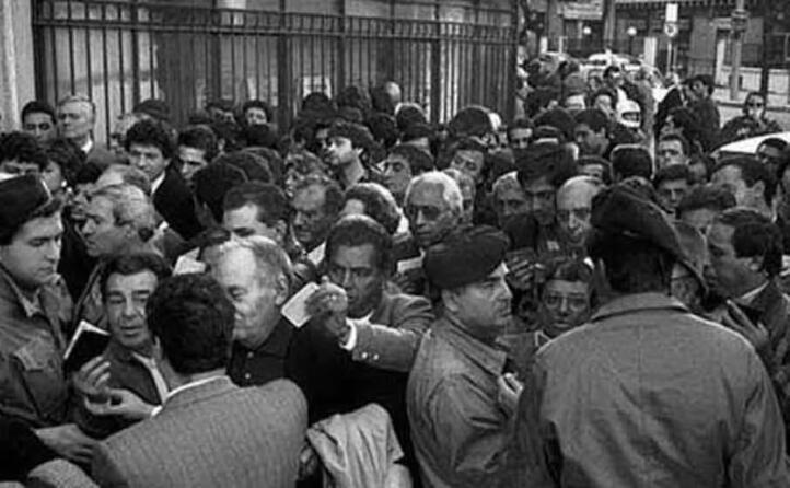 folla fuori dal tribunale