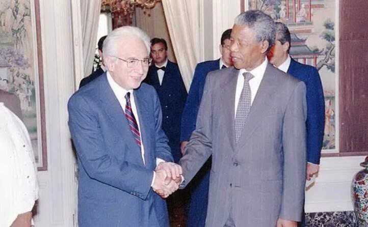 il presidente francesco cossiga e mandela nel 1990