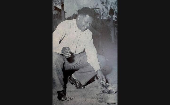 mandela brucia il suo pass book documento richiesto ai neri dalle leggi razziali (1960)