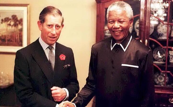 nel 1993 vince il nobel mentre nell anno successivo diventa presidente del sudafrica nell immagine con il principe carlo