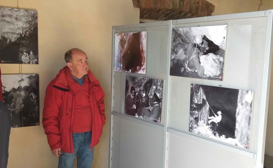 il presidente dello speleo club domusnovas angelo naseddu 65 anni davanti ad alcuni storici scatti (l unione sarda foto farris)