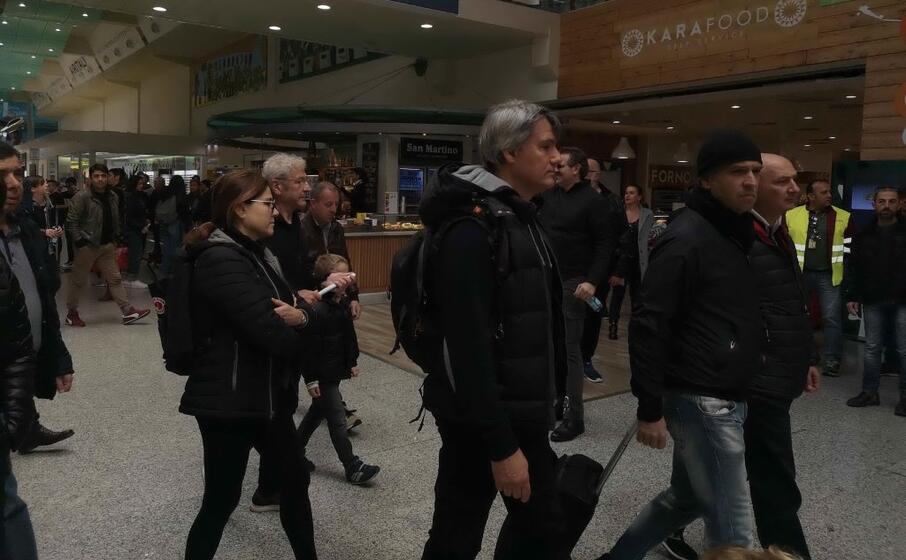 i partecipanti erano vestiti di nero e trascinavano valigie (ansa sias)