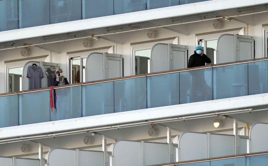 i viaggiatori sui balconi delle cabine