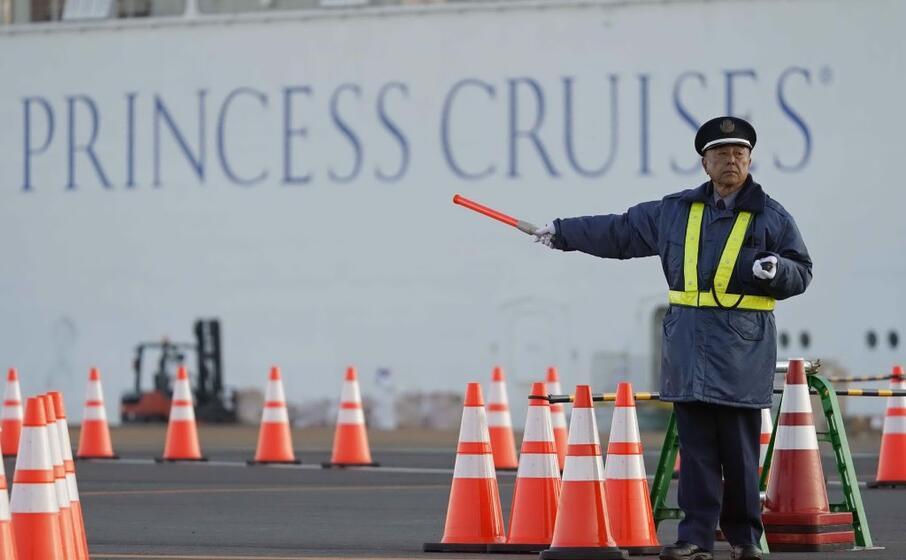 il sottobordo della diamond princess bloccata al porto giapponese di yokohama