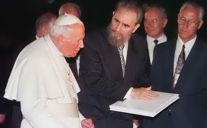 nel 1998 incontra papa giovanni paolo ii