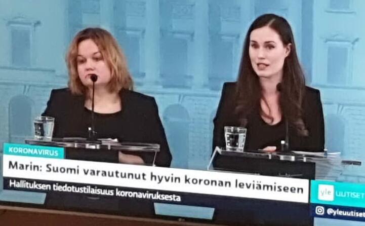 il primo ministro finlandese sanna marin (a destra) parla del coronavirus alla televisione la finlandia preparata alla diffusione del coronavirus