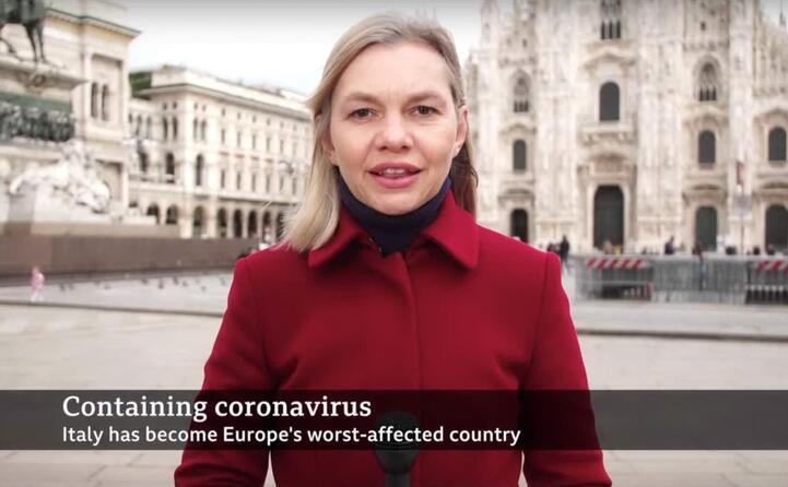 l inviata della bbc parla direttamente da piazza duomo a milano con il sottopancia che recita l italia diventato il paese europeo pi infetto