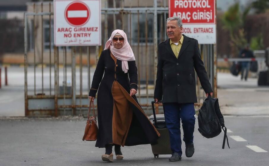 migranti siriani raggiungono le frontiere turche (ansa suna)