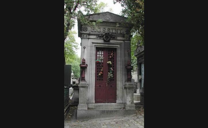 la tomba in suo onore al cimitero di pere lachaise a parigi