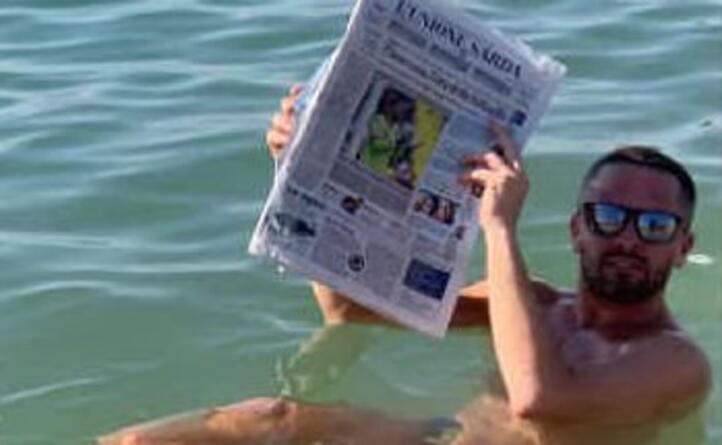 giuseppe demara da tortol si rilassa con l unione sarda nelle acque del mar morto in giordania
