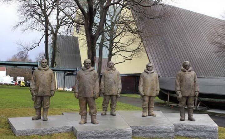 una scultura dedicata ai cinque protagonisti della spedizione (tutte le foto sono wikipedia e archivio l unione sarda)