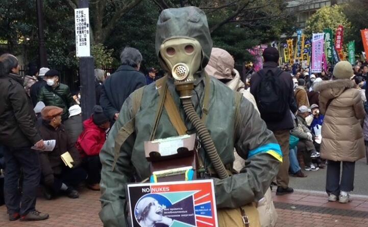 dimostranti a tokyo durante a una marcia contro il nucleare