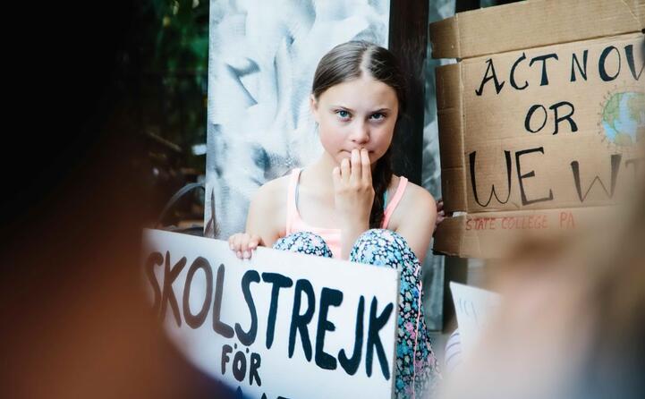 greta thunberg col cartello che annuncia lo sciopero