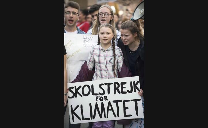 la giovane attivista con alcuni manifestanti
