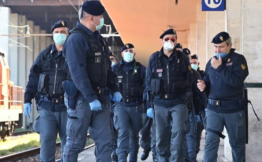 agenti con le mascherine (archivio l unione sarda)