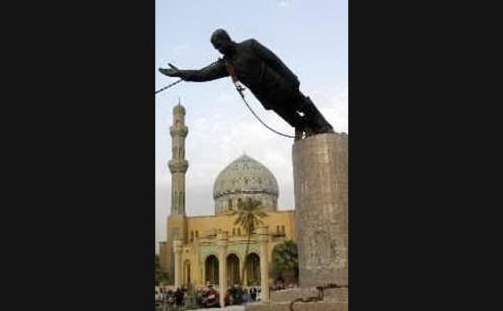 la statua del rais in piazza firdos viene abbattuta (foto wikipedia)