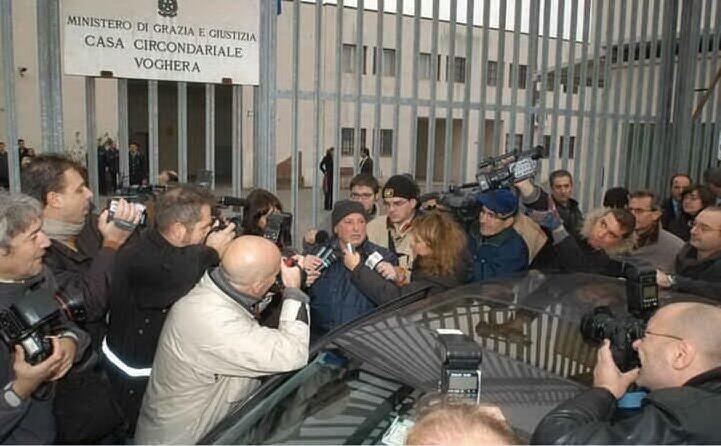 la scarcerazione nel 2004 mesina circondato da giornalisti e fotografi
