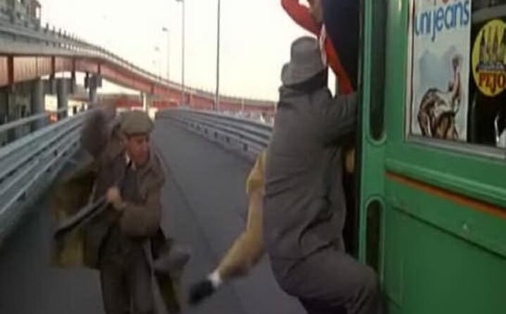 la famosa scena in cui cerca di prendere il tram al volo
