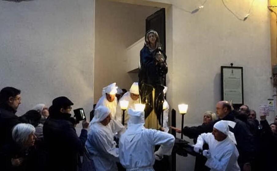 una processione della settimana santa iglesiente