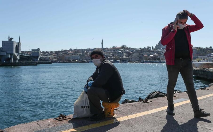 attesa del traghetto al istanbul (ansa)