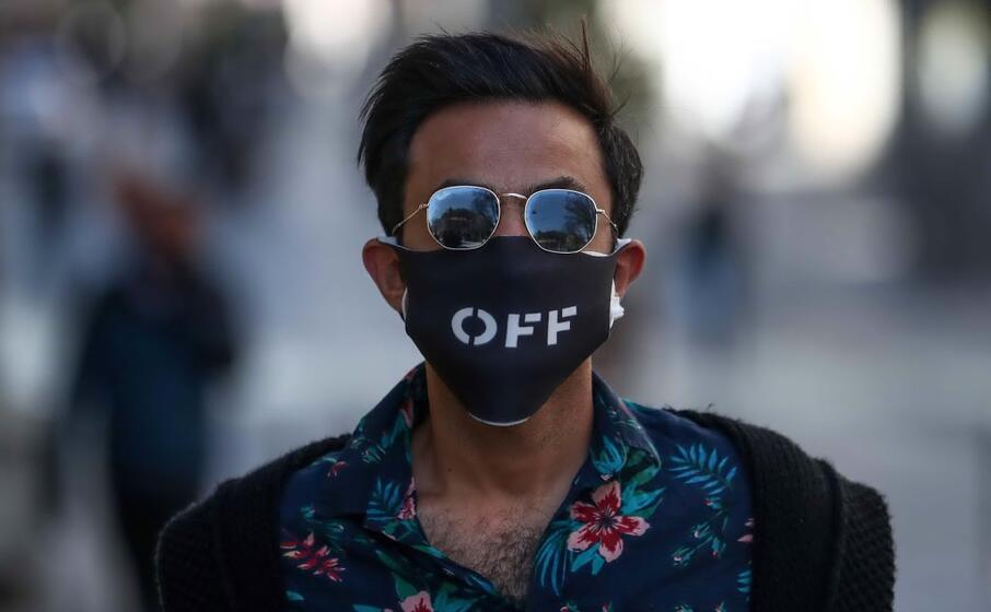 mascherina e occhiali da sole (ansa)