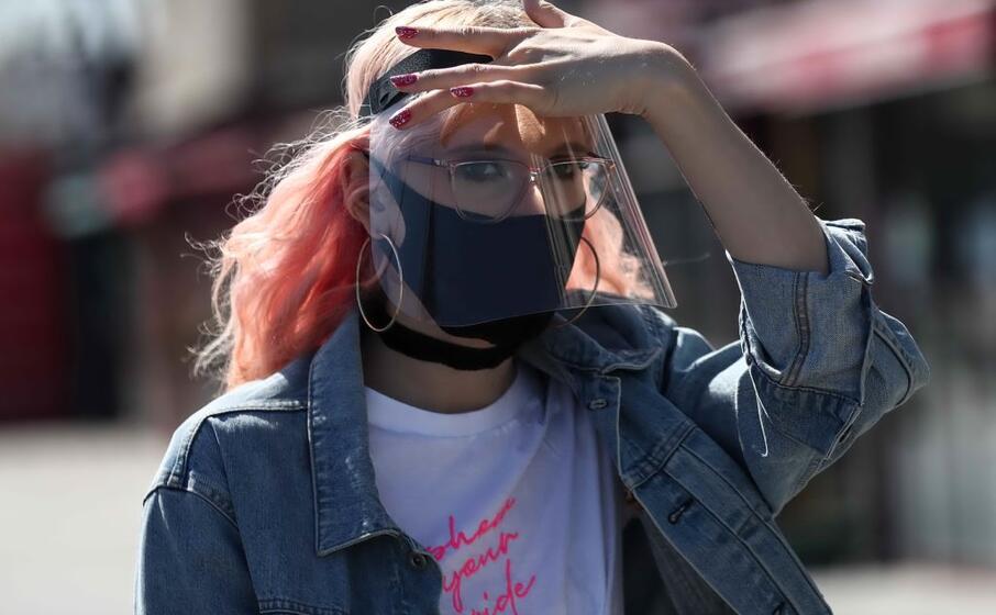 mascherina e visiera protettiva (ansa)