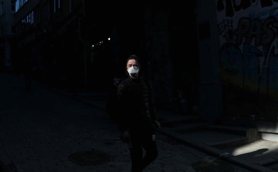 strade deserte ma non manca la mascherina (ansa)
