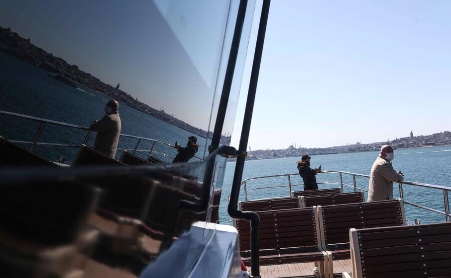 sul traghetto a istanbul (ansa)