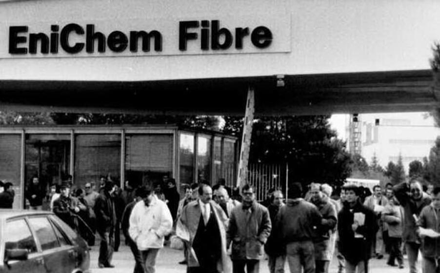 una foto storica dello stabilimento enichem fibre negli anni di massima produzione (l unione sarda)