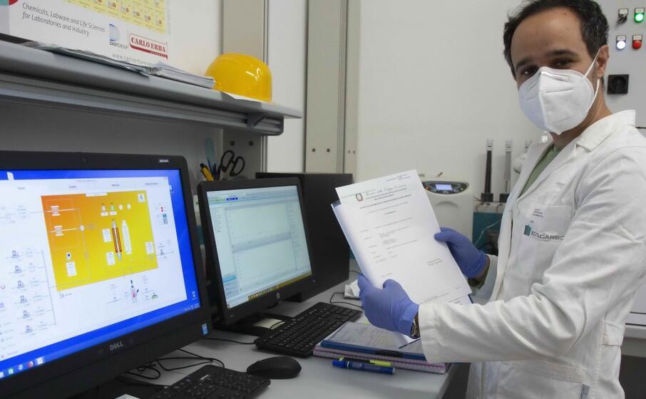 mauro mureddu mostra il brevetto (archivio l unione sarda)