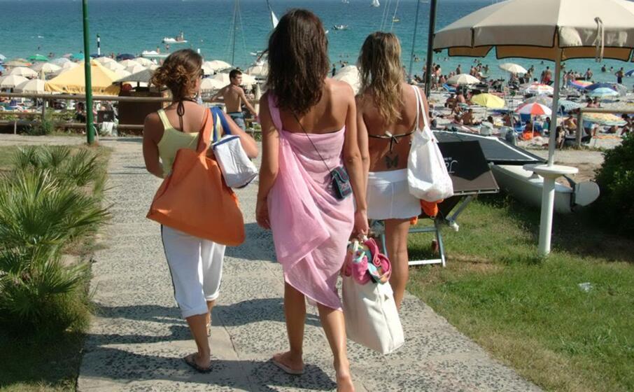 turiste ad alghero (archivio l unione sarda)