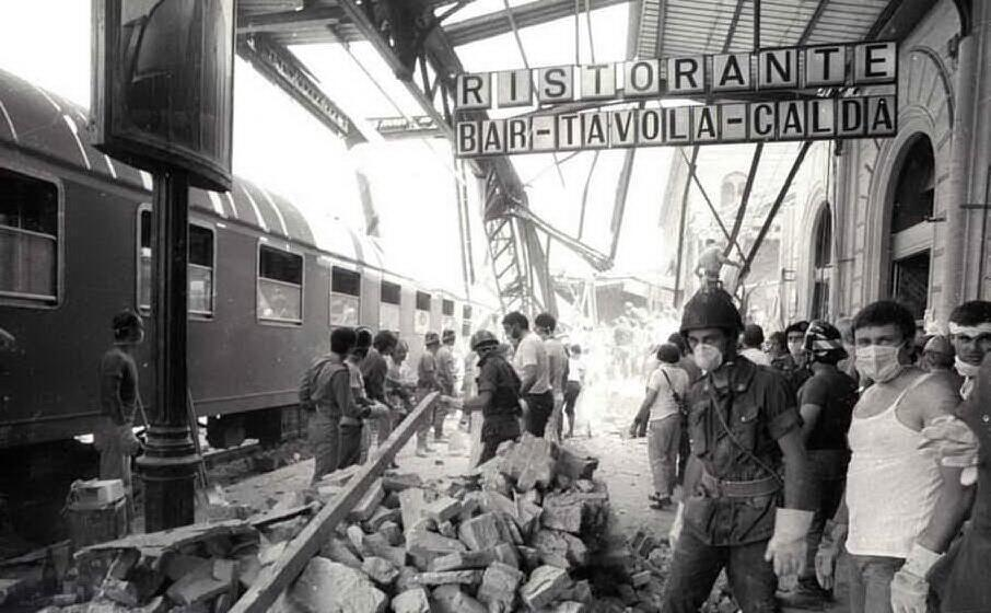 la stazione di bologna dopo l attentato (archivio l unione sarda)