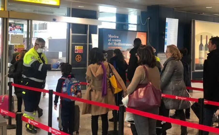 controlli in aeroporto a cagliari (ansa)