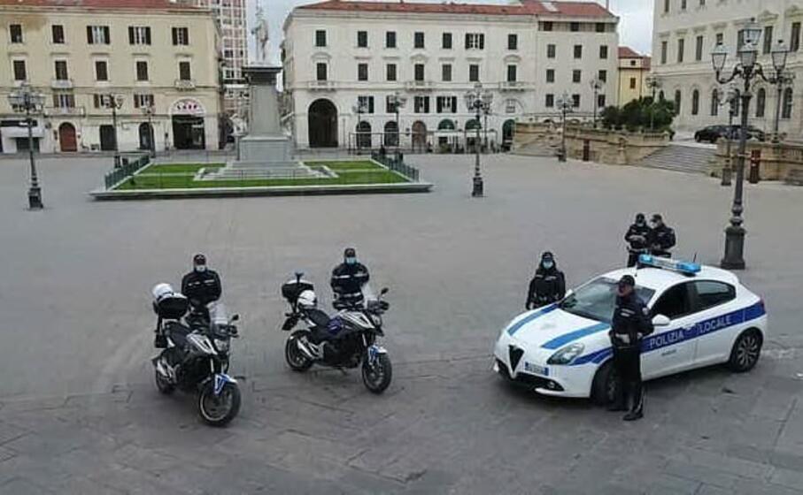 la polizia municipale schierata a sassari (ansa)