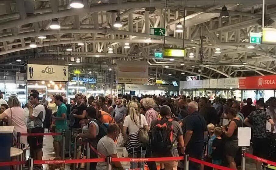 turisti in aeroporto (archivio l unione sarda)