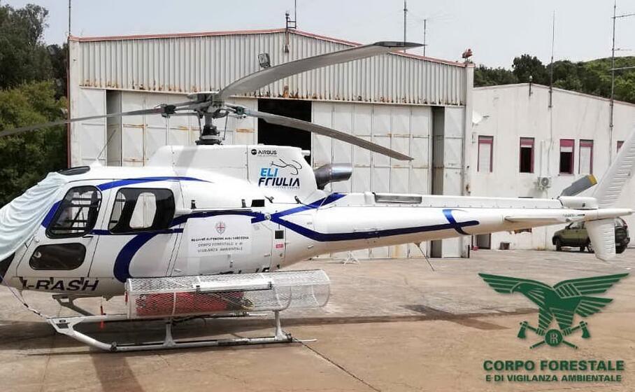 un elicottero (foto corpo forestale)