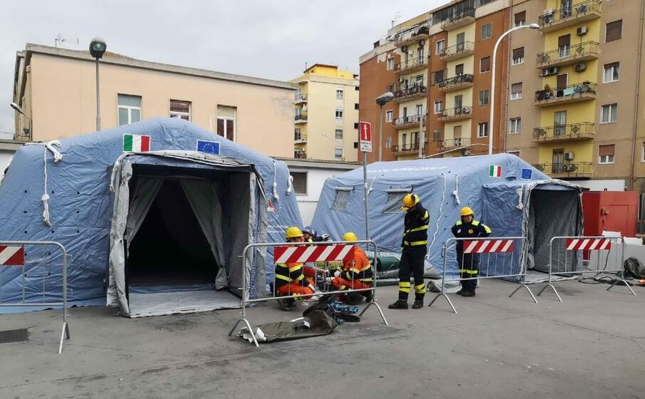 le tende della protezione civile per il pre triage all ospedale san francesco di nuoro (archivio l unione sarda)
