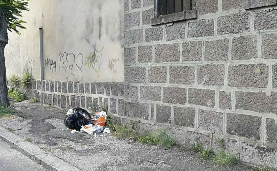il sacchetto gettato in via abruzzi (foto l unione sarda scano)