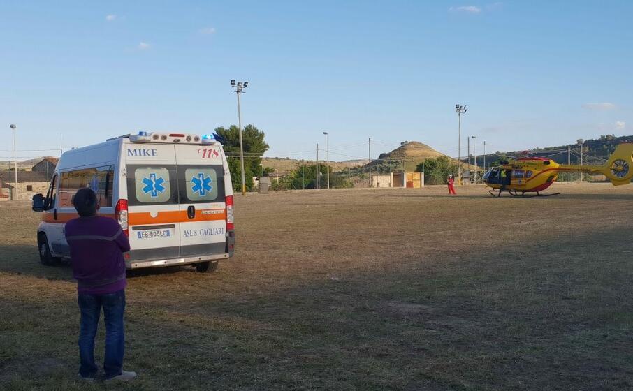 l elisoccorso e l ambulanza nel vecchio campo sportivo di barumini (l unione sarda pintori)