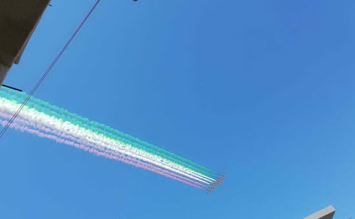 la lunghissima scia nel cielo (foto da twitter soniotta)