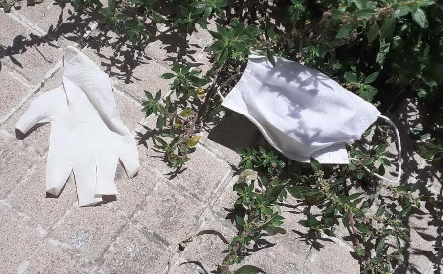 mascherine guanti su un marciapiede a sassari (foto l unione sarda tellini)