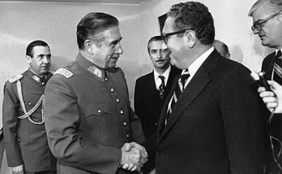 stringe la mano al dittatore cileno augusto pinochet