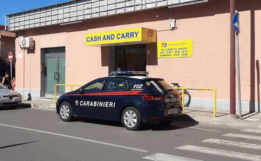 carabinieri davanti al supermercato in cui avvenuto il furto (foto l unione sarda)